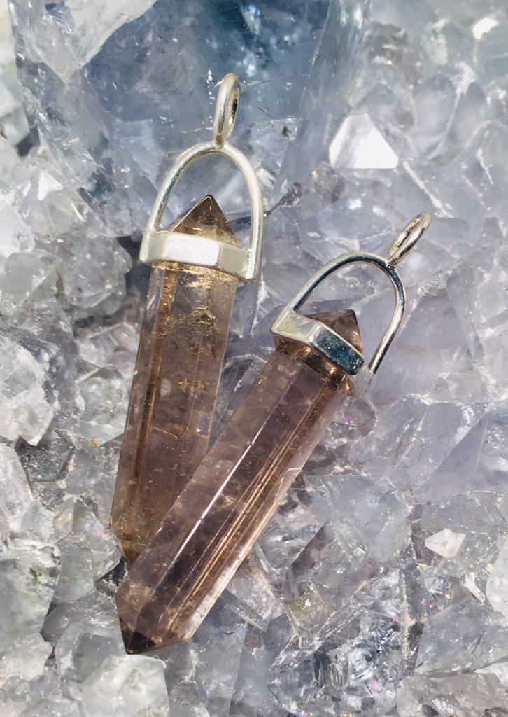 røykkvarts tromlet slipt anheng smykke steinsmykke egenskap healing mineral krystaller norsk butikk