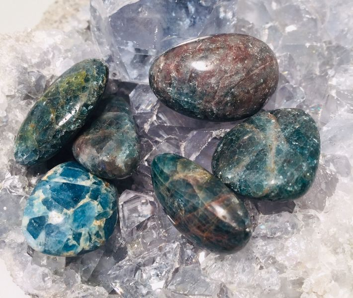 apatitt slipt sten krystall blå grønn egenskap chakra vibrasjon manifestasjon illusjon norsk mystica